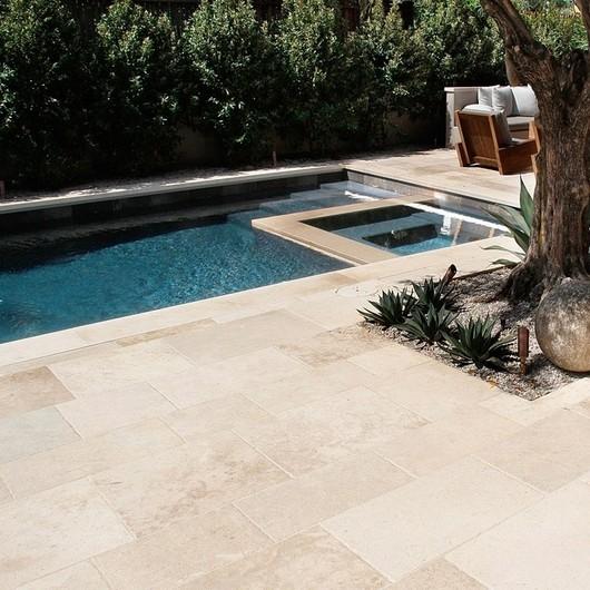 Margelles, dallage et mobilier de jardin : nous vous accompagnons dans l'aménagement de votre projet piscine ! 🌊☀️ #romanature #piscine #margelle