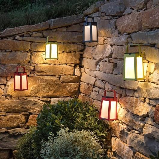 💡 La lanterne solaire Tinka® est un incontournable. Une allure sublime, ainsi qu'une lumière chaude et agréable. Disponible en 4 coloris (Gris, Muscade, Rouge et Blanc) : il y en a pour tous les goûts ! #romanature #luminaire #solaire