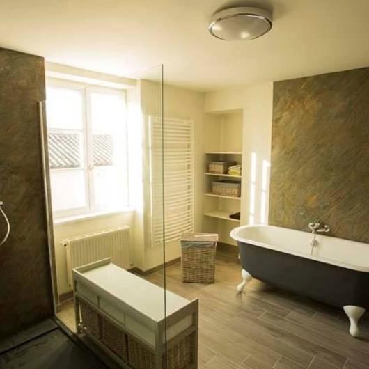 Osez la feuille de pierre ! Un matériau esthétique sans la contrainte du poids et de l'épaisseur. Utilisable en pièces humides, il donnera du caractère à votre salle de bains ! Contactez-nous pour plus de renseignements. 🛀👷 #romanature #feuilledepierre #salledebains
