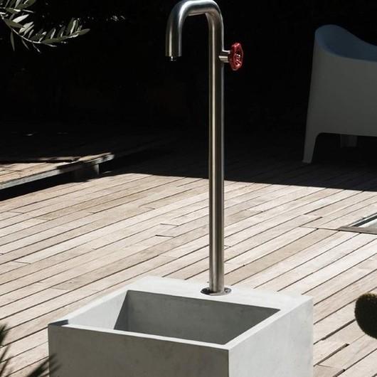 Le printemps c'est dans quelques semaines ! Que pensez-vous de cette fontaine en béton pour votre terrasse ? 🏡☀️